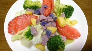 ジャガイモとトマトとレタスとブロッコリーのサラダ
